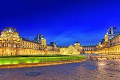 ПАРИЖ - 17-ОЕ СЕНТЯБРЯ. Стеклянная пирамида и Лувр на сентябре Стоковая Фотография