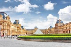 ПАРИЖ - 18-ОЕ СЕНТЯБРЯ: Стеклянная пирамида и Лувр на сентябре Стоковое Фото