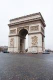 ПАРИЖ 10-ОЕ ЯНВАРЯ: Триумфальная Арка в зиме на 10,2013 -го января в Париже Стоковая Фотография RF