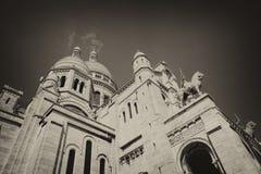 ПАРИЖ, ФРАНЦИЯ - базилика священного сердца Иисуса Увиденный от холма Montmartre в Париже стоковое изображение