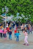 """Париж, Франция, июнь 2019: Дети наслаждаясь пузырями показывают на месте de l """"Гостинице de Ville стоковые изображения rf"""