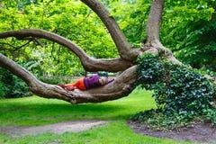 Париж, Франция, Люксембургские сады - 06 12 2010: женщина кладя и Стоковые Фото