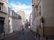 Париж, Франция 5-ое августа 2009: 2 пожилых люд идут через узкие дезертированные улицы Парижа стоковые изображения