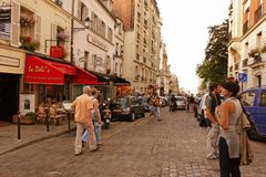 ПАРИЖ, ФРАНЦИЯ - 19-ое августа 2014 Туристы идя на Montmartre Стоковая Фотография RF