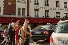 ПАРИЖ, ФРАНЦИЯ - 19-ое августа 2014 Туристы идя на Montmartre Стоковое Изображение RF
