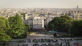 Париж, Франция - 12-ое августа 2018: Туристы около timelapse собора de Montmartre coeur Sacre Взгляд города от холма видеоматериал