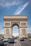 ПАРИЖ, ФРАНЦИЯ - 15-ОЕ АПРЕЛЯ 2015: Триумфальная Арка, 15-ого апреля 2015 в Париже, Франции Самое известное место Парижа Стоковые Изображения RF