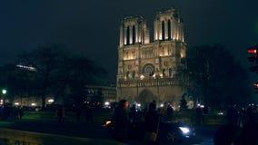ПАРИЖ, ФРАНЦИЯ - 31-ОЕ ДЕКАБРЯ 2016 Съемка Steadicam известного собора Нотр-Дам загоренного на ноче зажим 4k сток-видео