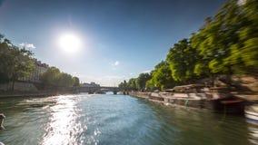 ПАРИЖ, ФРАНЦИЯ - 19-ОЕ ИЮНЯ 2018: Взгляд Timelapse от шлюпки плавая летний день Рекы Сена солнечный видеоматериал