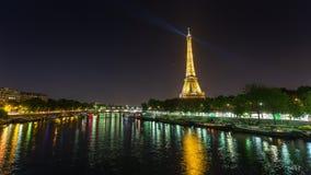 ПАРИЖ, ФРАНЦИЯ - 19-ОЕ ИЮНЯ 2018: Света timelapse ночи Эйфелевой башни яркие Быстрое движение видеоматериал
