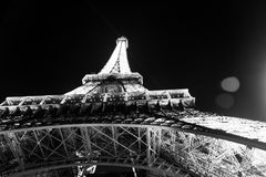 Париж, Франция 1-ое июня 2016: Эйфелева башня с освещением на ноче в Париже, Франции Романтичная предпосылка перемещения Стоковые Изображения RF