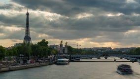 ПАРИЖ, ФРАНЦИЯ - 19-ОЕ ИЮНЯ 2018: Timelapse дня Эйфелевой башни Быстрое движение видеоматериал