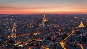 ПАРИЖ, ФРАНЦИЯ - 19-ОЕ ИЮНЯ 2018: Timelapse захода солнца вечера Эйфелевой башни сверху Быстрое движение сток-видео