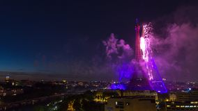 ПАРИЖ, ФРАНЦИЯ - 19-ОЕ ИЮНЯ 2018: Timelapse ночи фейерверка Эйфелевой башни на дне Бастилии Быстрое движение акции видеоматериалы