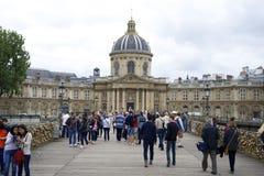 ПАРИЖ, ФРАНЦИЯ, 12-ое июля 2014 - туристы на Pont des Arts осматривают замки влюбленности Стоковое Изображение RF