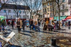 ПАРИЖ, ФРАНЦИЯ - 4-ОЕ МАРТА 2015: Мольберты художников и художественное произведение установленный u стоковые изображения rf