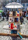 ПАРИЖ, ФРАНЦИЯ - 4-ОЕ МАРТА 2015: Мольберты художников и художественное произведение установленный u стоковые фото