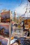 ПАРИЖ, ФРАНЦИЯ - 4-ОЕ МАРТА 2015: Мольберты художников и художественное произведение установленный u стоковое изображение