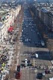 Над взглядом бульваров des чавкает Elysees в Париже стоковое фото rf