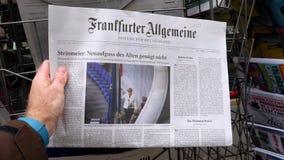 Париж, Франция - 15-ое марта 2017: Немец Frankfurter Allgemeine Zeitung чтения человека покупая акции видеоматериалы
