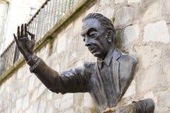 Париж, Франция, 26-ое марта 2017: Человек который шел через Стену, 1989 ` Le Passe-Muraille ` скульптуры Джина Marais дальше Стоковые Фото