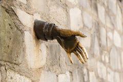Париж, Франция, 26-ое марта 2017: Человек который шел через Стену, 1989 ` Le Passe-Muraille ` скульптуры Джина Marais дальше Стоковое Изображение