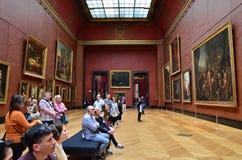 Париж, Франция - 13-ое мая 2015: Картины Rubens посещения посетителей в Лувре Стоковые Изображения