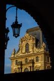 ПАРИЖ, ФРАНЦИЯ - 18-ОЕ МАЯ 2016: Лувр с пирамидой в twi Стоковые Фото