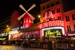 Париж, Франция, 15-ое мая 2019 - Мулен Руж известные wildmill и кабаре построенные в 1889, размещающ в Париже красно- стоковые фотографии rf