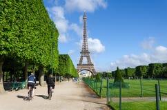 Париж, Франция - 15-ое мая 2015: Парижские люди навещают чемпионы de Марс, на ноге Эйфелева башни в Париже стоковое фото rf