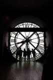 Париж, Франция - 14-ое мая 2015: Силуэты неопознанных туристов в музее D'Orsay Стоковое Фото