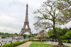 Париж, Франция - 15-ое мая 2015: Туристский взгляд Эйфелева башни посещения от Эспланады du Trocadero Стоковые Фотографии RF