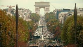 ПАРИЖ, ФРАНЦИЯ - 8-ОЕ ОКТЯБРЯ 2017 Варенье автомобильного движения около известной Триумфальной Арки или триумфального свода, съе сток-видео