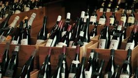 ПАРИЖ, ФРАНЦИЯ - 7-ОЕ ОКТЯБРЯ 2017 Деревянные коробки с традиционными бутылками красного вина в местном магазине акции видеоматериалы