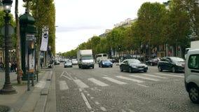 ПАРИЖ, ФРАНЦИЯ - 8-ОЕ ОКТЯБРЯ 2017 Дорожное движение на улице Champs-Elysees сток-видео