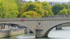 ПАРИЖ, ФРАНЦИЯ - 8-ОЕ ОКТЯБРЯ 2017 Мост над Рекой Сена сток-видео