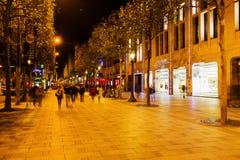 Париж, Франция - 17-ое октября 2016: тротуар Champs-Elysees в Париже с неопознанными людьми Оно один из главных бульваров Стоковые Изображения