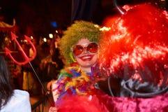 ПАРИЖ, ФРАНЦИЯ - 31-ОЕ ОКТЯБРЯ 2010 Усмехаясь посетитель партии хеллоуина Стоковая Фотография RF