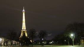 Париж, Франция - путешествуйте ноча Timelapse Эйфелева башни акции видеоматериалы