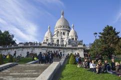 ПАРИЖ, ФРАНЦИЯ, 30 SEPT. 2017, люди наслаждается солнечным после полудня осени в Montmartre, церков Sacre Coeur Стоковое Изображение RF
