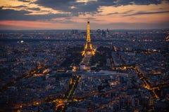 Париж, Эйфелева башня, городской пейзаж в вечере Стоковые Фотографии RF