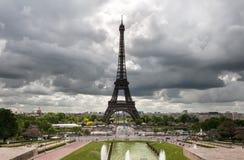 Париж, Эйфелева башня на хмурый день стоковые изображения