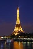 Париж. Эйфелева башня с светом, в ноче. Стоковая Фотография RF