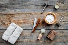 парикмахерскаь ` Брить и стрижка s людей Щетка, бритва, пена на copyspace взгляд сверху предпосылки деревянного стола стоковые изображения rf