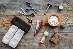 парикмахерскаь ` Брить и стрижка s людей Щетка, бритва, пена, sciccors на взгляд сверху предпосылки деревянного стола стоковые фотографии rf