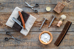 парикмахерскаь ` Брить и стрижка s людей Щетка, бритва, пена, sciccors на взгляд сверху предпосылки деревянного стола стоковые изображения
