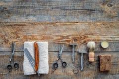 парикмахерскаь ` Брить и стрижка s людей Щетка, бритва, пена, sciccors на copyspace взгляд сверху предпосылки деревянного стола стоковая фотография rf