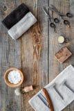парикмахерскаь ` Брить и стрижка s людей Щетка, бритва, пена, sciccors на copyspace взгляд сверху предпосылки деревянного стола стоковые фото