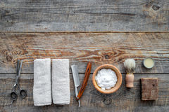 парикмахерскаь ` Брить и стрижка s людей Щетка, бритва, пена, sciccors на copyspace взгляд сверху предпосылки деревянного стола стоковые изображения rf