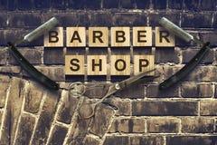 Парикмахерская концепции Надпись на деревянных кубах на фоне старой винтажной стены Стоковые Фото